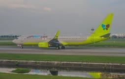 Pasażerski samolot przy Bangkok lotniskiem zdjęcie stock