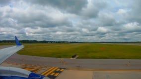 Pasażerski samolot przygotowywający dla odjazdu przy lotniskiem w Cleveland zdjęcie wideo
