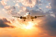 Pasażerski samolot uzupełnia lot podróż w wieczór przy zmierzchem obraz stock