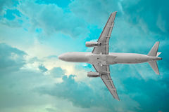 Pasażerski samolot w pięknych cumulus chmurach Fotografia Stock