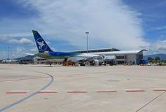 Pasażerski samolotowy lądowanie na Nha Trang lotnisku międzynarodowym Zdjęcia Royalty Free
