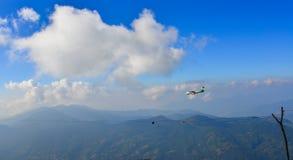 Pasażerski samolotowy latanie nad górami fotografia stock