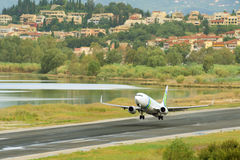 Pasażerski samolotowy start od aktywnego pas startowy zdjęcie royalty free