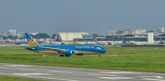 Pasażerski samolotowy taxiing na pasie startowym obraz stock