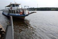 Pasażerski statek na Volga rzece zbliża się molo Zdjęcia Stock