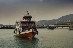 Pasażerski statek przed schronienie dokami wyspa Koh Samui Tajlandia zdjęcia royalty free