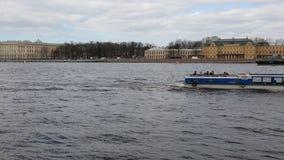 Pasażerski statek rusza się wzdłuż Neva rzeki zbiory