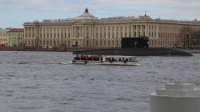 Pasażerski statek rusza się wzdłuż Neva rzeki w tle łódź podwodna zbiory