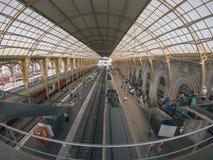 Pasażerski szybkościowy pociąg przy stacją w Ładnym zdjęcie royalty free