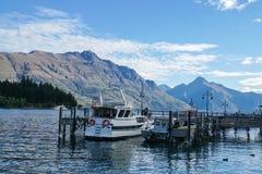 Pasażerski wycieczki turysycznej łodzi pławik przy jeziornym schronieniem w Queenstown Nowa Zelandia zdjęcia stock
