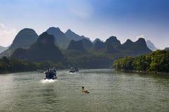 Pasażerskie łodzie i tratwy w Li rzece w Guagxi regionie w Chiny Obrazy Stock