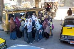 Pasażery śpieszą się wsiadać małego autobus w Kair, Egipt Zdjęcie Royalty Free