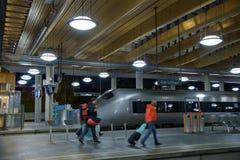 Pasażery chodzą w tpo miasta pociągu od Oslo lotniska centrala o obrazy stock