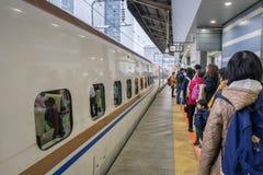 Pasażery czeka Shinkansen pociska pociąg przy Tokio stacją kolejową Obraz Stock