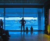Pasażery czeka w abstrakcjonistycznym lotnisku obraz stock
