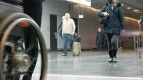 Pasażery iść lądować przy lotniskiem Frankfurt magistrala - Am - zdjęcie wideo
