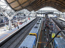 Pasażery i pociąg przy Południowego krzyża stacją, Melbourne, Australia Obrazy Stock