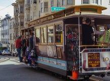 Pasażery jadą w wagonie kolei linowej w San Fransisco, usa Obrazy Royalty Free