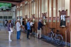 Pasażery kupuje taborowych bilety w Walencja Obrazy Royalty Free