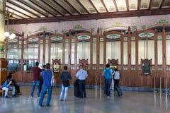 Pasażery kupuje taborowych bilety w Walencja Zdjęcia Stock