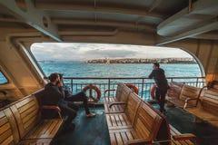 Pasażery na desce prom wysyłają od Azjatyckiej części Istanbuł europejczyk zdjęcia stock