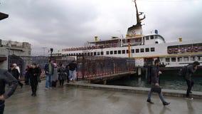 Pasażery opuszcza Istanbuł przewożą przy Besiktas molem na chmurnym dniu zdjęcie wideo