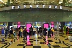 Pasażery opuszczają przez wyjściowej sala w Terminal 3 w Changi Airp Zdjęcia Stock