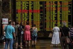 Pasażery patrzeje elektronicznych przyjazdy i odjazdy wsiadają w głównym dworcu Kijów obrazy royalty free
