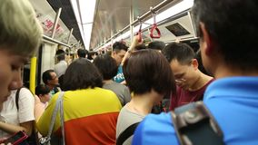 Pasażery przy godzina szczytu stoją w metrze Kowloon, Hong Kong zdjęcie wideo