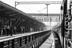 Pasażery przy stacją kolejową Zdjęcia Royalty Free