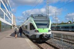 Pasażery przychodzi pozycja pociąg Helsinki dworzec Fotografia Royalty Free