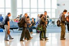 Pasażery stać w kolejce w linii dla wsiadać przy wyjściową bramą Obraz Royalty Free