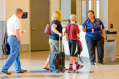 Pasażery stać w kolejce w linii dla wsiadać przy wyjściową bramą Zdjęcia Royalty Free