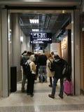 Pasażery stoi w rzędzie na sposobie imigracja Finlandia Obrazy Stock
