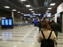 Pasażery stoi w rzędzie na sposobie imigracja Finlandia Fotografia Royalty Free