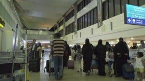 Pasażery w przyjazdu terenie przy Dubai International lotniskiem zdjęcie royalty free