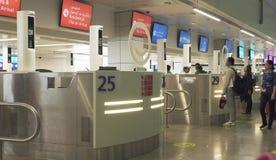 Pasażery w strefie uzyskiwać wizę przy Dubai International lotniskiem zdjęcie stock