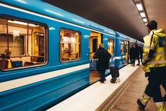 Pasażery wchodzić do metro przy stacją metrą przy Gärdet obraz stock