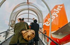 Pasażery wsiada Aerobus A320 easyJet samolot przy Londyńskim Gatwick ` s północy Terminal obraz royalty free
