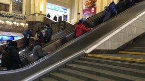 Pasażery wspinają się eskalator stacja kolejowa w Kijów zbiory wideo