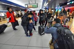 Pasażery z ich walizkami czekają jr pociągu sta zdjęcie stock