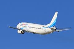 Pasażera Boeing 737-400 samolot przeciw niebieskiemu niebu Fotografia Royalty Free