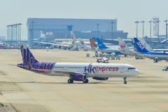 Pasa?erscy samoloty taxiing na pasie startowym zdjęcie royalty free