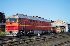 Pasażerska dieslowska lokomotywa TEP-70 przy budynkiem lokomotoryczna zajezdni stacja Rybinsk Obraz Royalty Free
