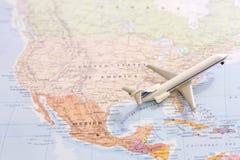 Pasażerska samolot miniatura na mapie bierze daleko od usa Zdjęcia Stock