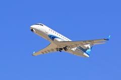 Pasażerski Canadair bombardiera CRJ-200 samolot przeciw niebu Obraz Royalty Free