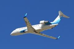 Pasażerski Canadair bombardiera CRJ-200 samolot w niebie Ya Zdjęcie Stock