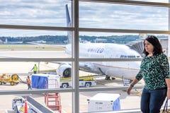 Pasażerski odprowadzenie przed lotniskowym okno z widokiem p Obraz Stock