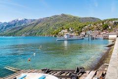 Pasażerski prom przy molem na brzeg jeziorny Maggiore w Ascona Zdjęcia Royalty Free
