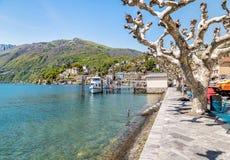 Pasażerski prom przy molem na brzeg jeziorny Maggiore w Ascona Zdjęcie Royalty Free